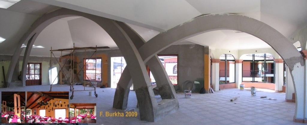 Arcos cargando el techo de las 2 naves del restaurante 2009 (esquina; fotos estado 2008)